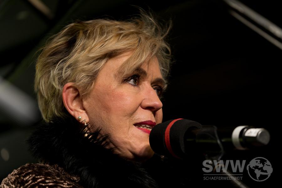 Portrait von Petra Reski auf der Bühne der 450. Montagsdemo gegen Stuttgart 21