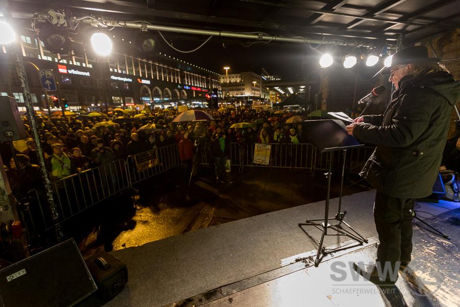 Joe Bauer auf der Bühne der 450. Montagsdemo gegen Stuttgart 21 vor dem Stuttgarter Kopfbahnhof