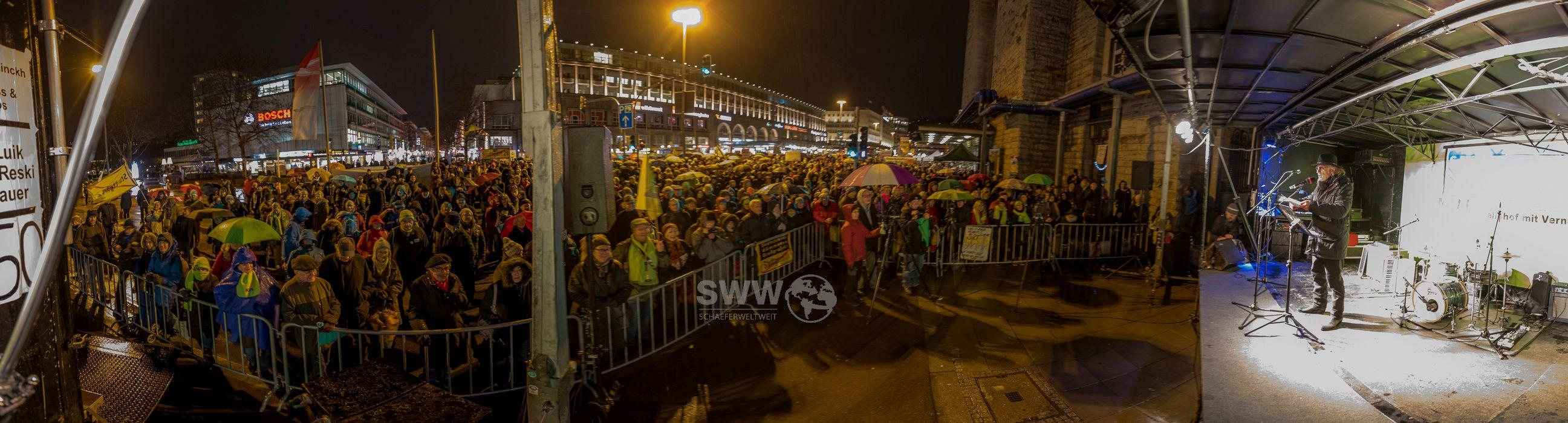 Panorama von Joe Bauer auf der 450. Montagsdemo gegen Stuttgart 21 mit rund 2000 Teilnehmern