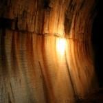 An einigen Stellen tropft Grundwasser in den Tunnel und führt zu beeindruckenden teilweise mehrere Zentimeter dicke Mineralienablagerungen (Versinterung)