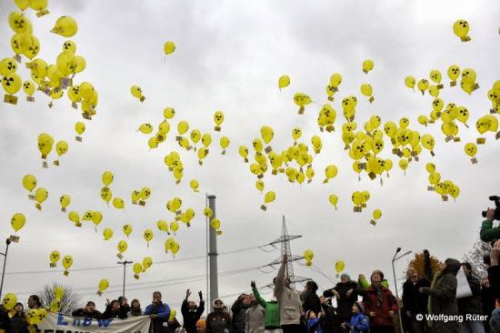 Luftballon-Aktion vor dem EnBW-AKW Neckarwestheim