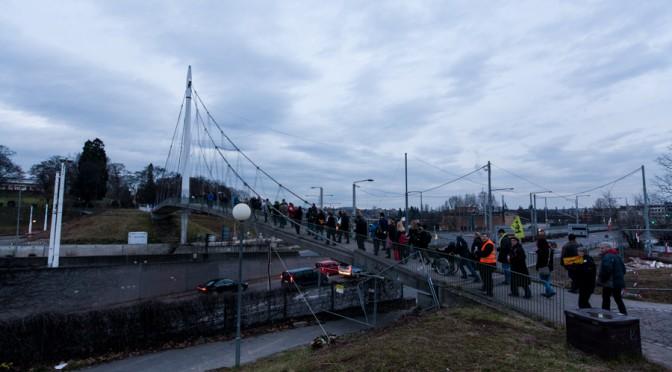 Demonstranten ziehen zum Rosensteinpark