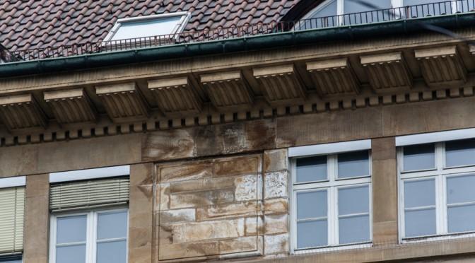 Bahndirektion/H7 eine Fassade bröckelt. Einsturzgefahr?