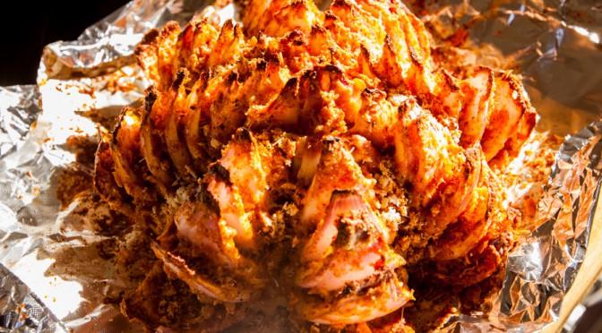 Besonderes aus Ofen und Grill – überbackene Zwiebelblume