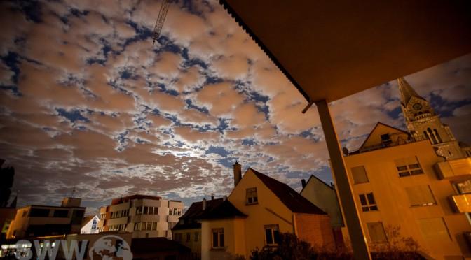 wolkenverhangener Mondschein