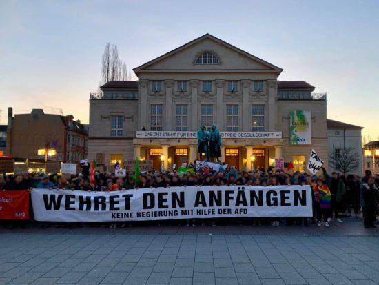 Klares Signal bei der vom Bürgerbündnis gegen Rechtsextremismus Weimar spontan organisierten Demo auf dem Weimarer Theaterplatz als Reaktion auf die heutige Ministerpräsidentenwahl im Freistaat Thüringen.