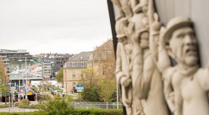 """Kulturschaffende fordern:  Die Lenk-Skulptur """"Stuttgart 21 – Chronik einer grotesken Entgleisung"""" muss in Stuttgart bleiben!"""